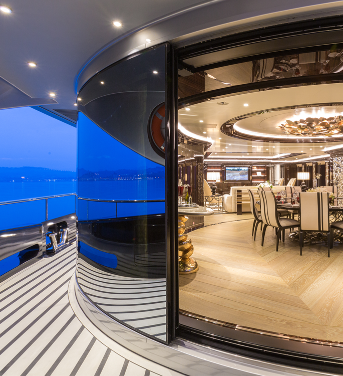 The dining room and sundeck of superyacht Motor Yacht OKTO